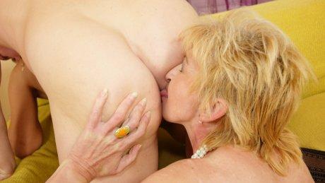 Two mature sluts sharing one creampie