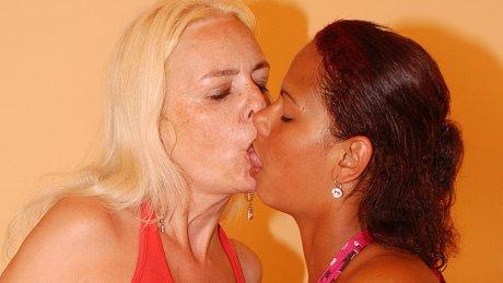 Hot Casandra gets licked by mature Vivien