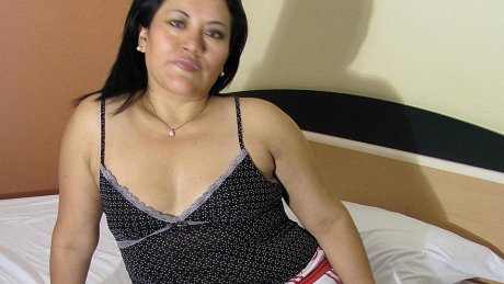 Horny mature Anna loves to play with herself