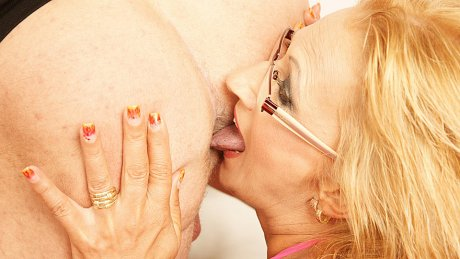 This kinky mama loves to eat ass and get a creampie