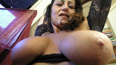 This mature slut loves playing with her cunt