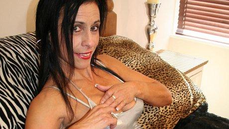 Kinky mama getting herself wet and wild