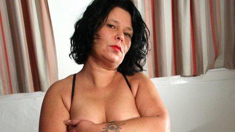 Housewife Wendie loves to be naughty