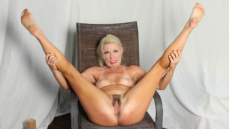Blonde American Milf takes off her bikini and works her hairy pussy