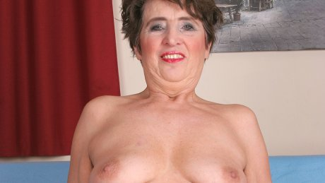 Horny mature slut playing with her cooch
