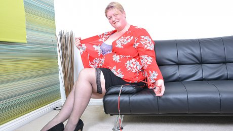 British mature BBW playing with herself
