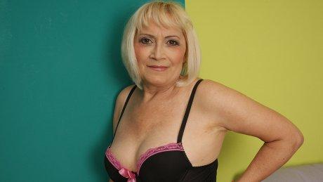 Horny grandma still enjoys a good pussy workout
