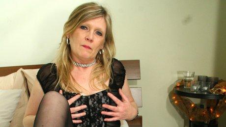 Blonde housewife Ciska loves to get wet