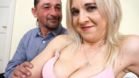 Horny mature lady sucking and fucking hard