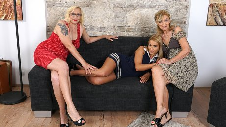 Three old and young lesbians go full force on the couch