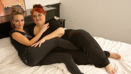Hot babe doing a big mature lesbian