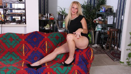Blonde American housewife using her dildo to get wet